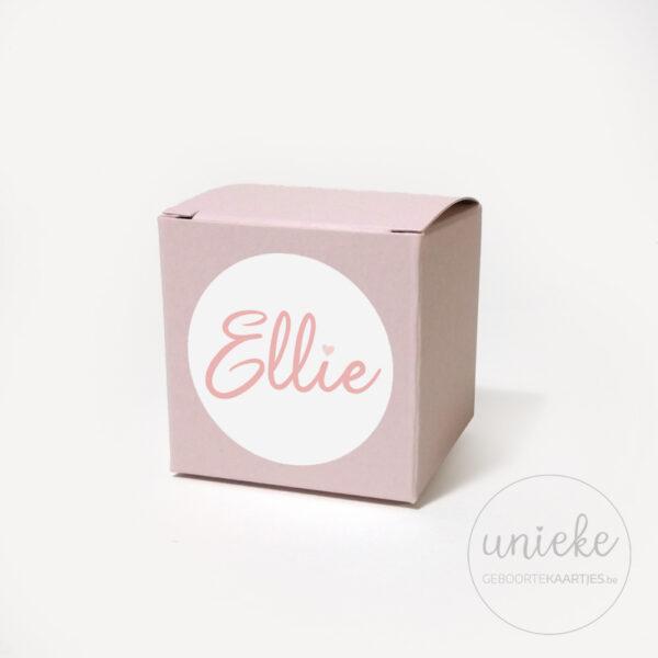 Stickertje Ellie op lichtroze doosje