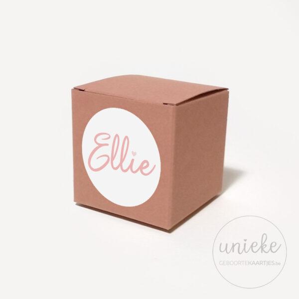 Stickertje Ellie op oudroze doosje
