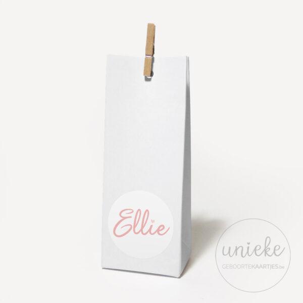 Stickertje Ellie op hoog wit doosje