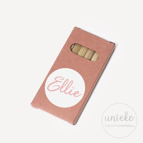 Stickertje Ellie op oudroze pakje potloodjes
