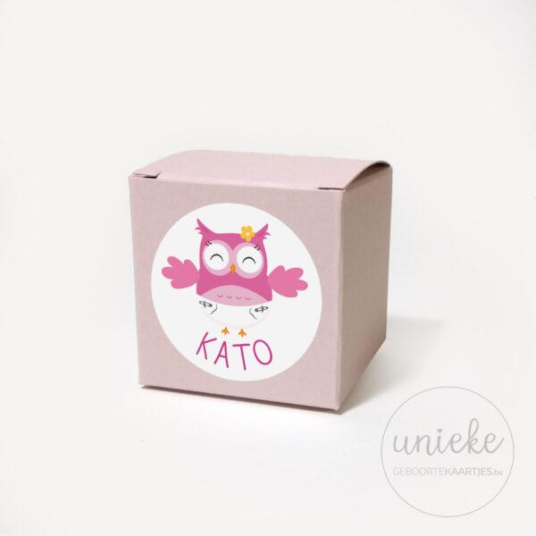 Stickertje Kato op lichtroze doosje