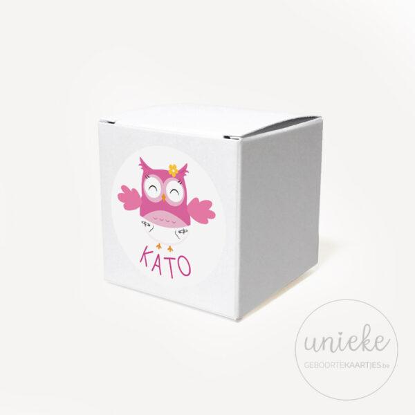 Stickertje Kato op wit doosje