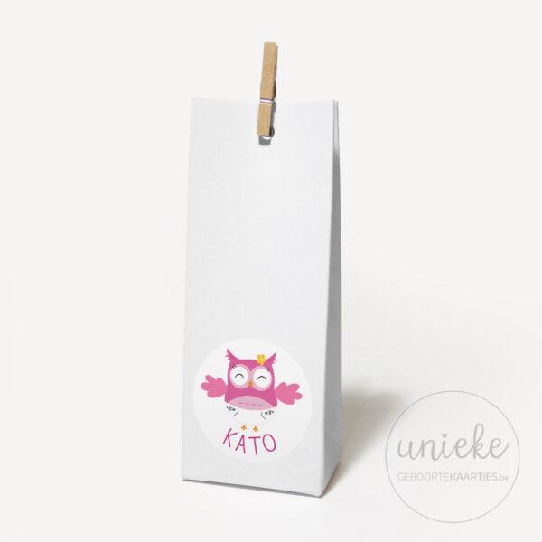 Stickertje Kato op hoog wit doosje