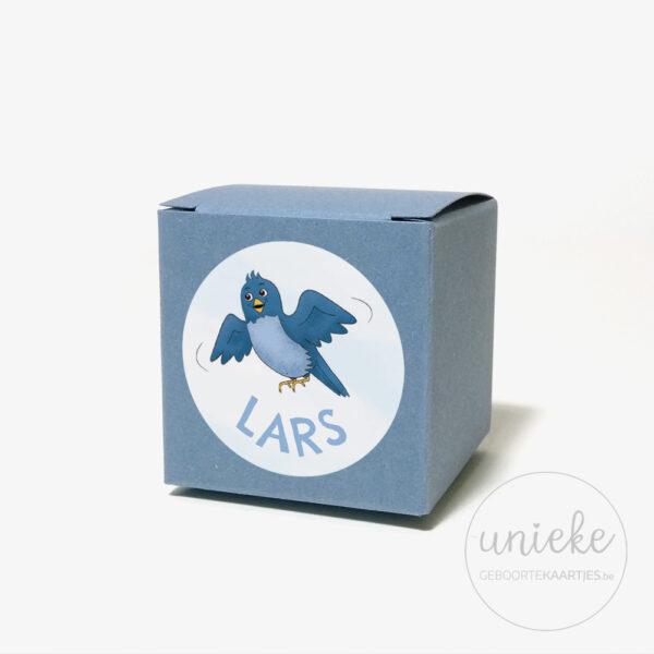 Stickertje Lars op donkerblauw doosje