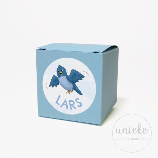 Stickertje Lars op lichtblauw doosje