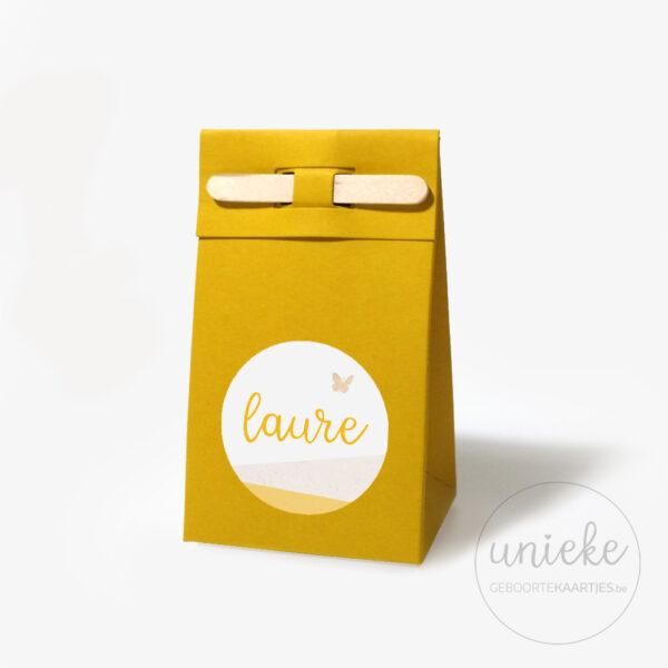 Stickertje Laure op oker doosje met stokje
