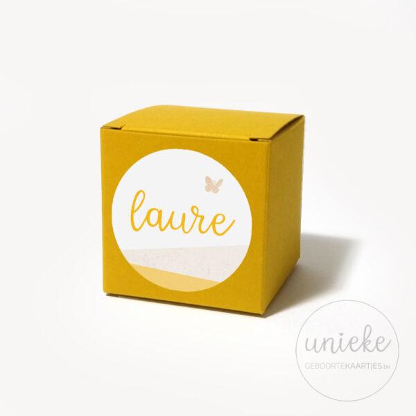 Stickertje Laure op oker doosje