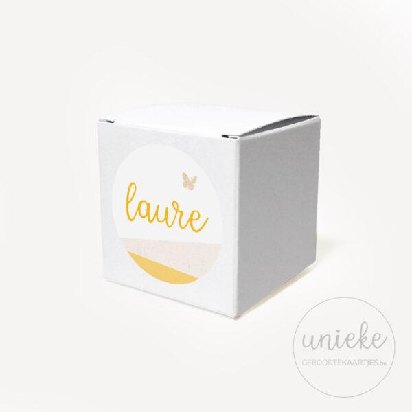 Stickertje Laure op wit doosje