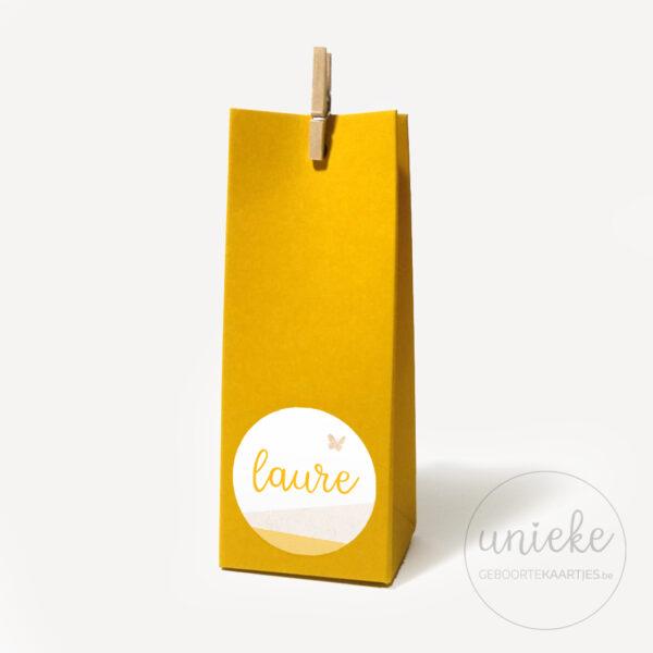 Stickertje Laure op hoog oker doosje