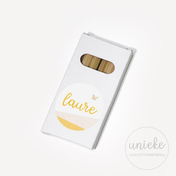 Stickertje Laure op wit pakje potloodjes