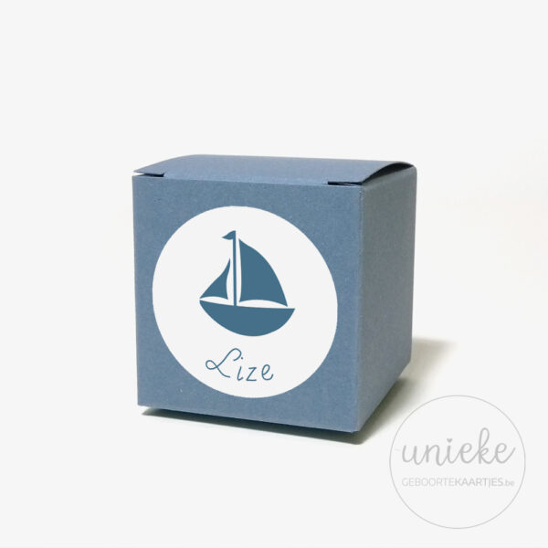 Stickertje Lize op donkerblauw doosje