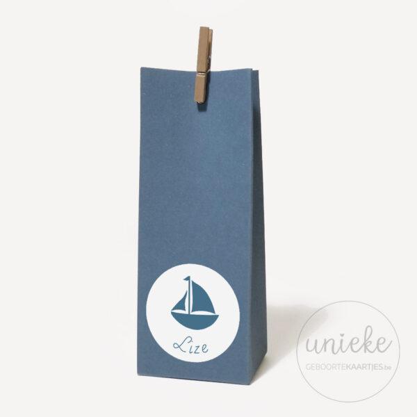 Stickertje Lize op hoog donkerblauw doosje
