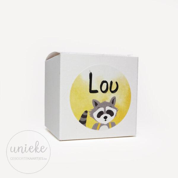 Stickertje Lou op wit doosje