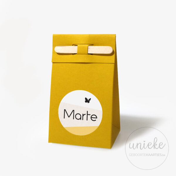 Stickertje Marte op oker doosje met stokje