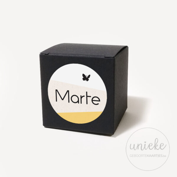 Stickertje Martje op zwart doosje