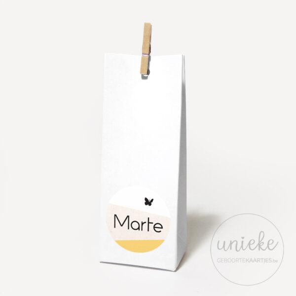 Stickertje Marte op hoog wit doosje
