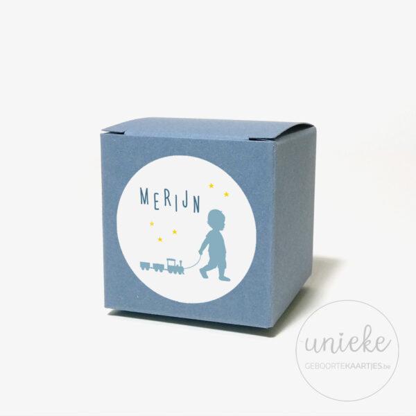 Stickertje Merijn op donkerblauw doosje