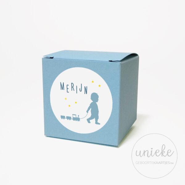 Stickertje Merijn op lichtblauw doosje