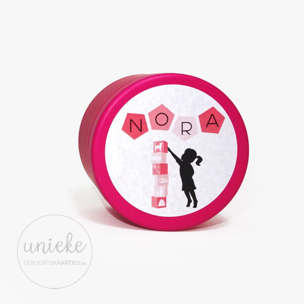 Stickertje Nora op roze doosje