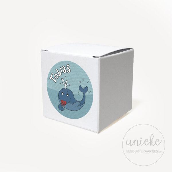 Stickertje Tobias op wit doosje