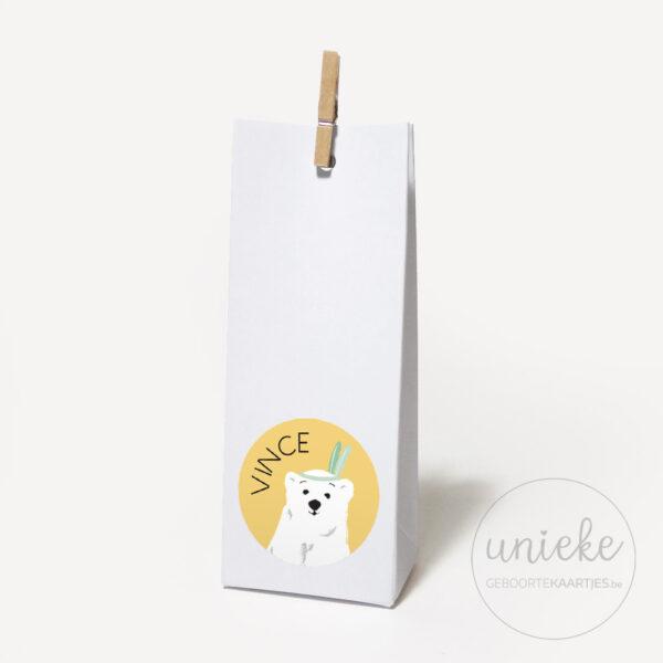 Stickertje Vince op hoog wit doosje