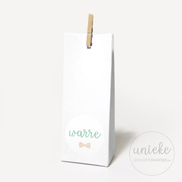 Stickertje Warre op hoog wit doosje