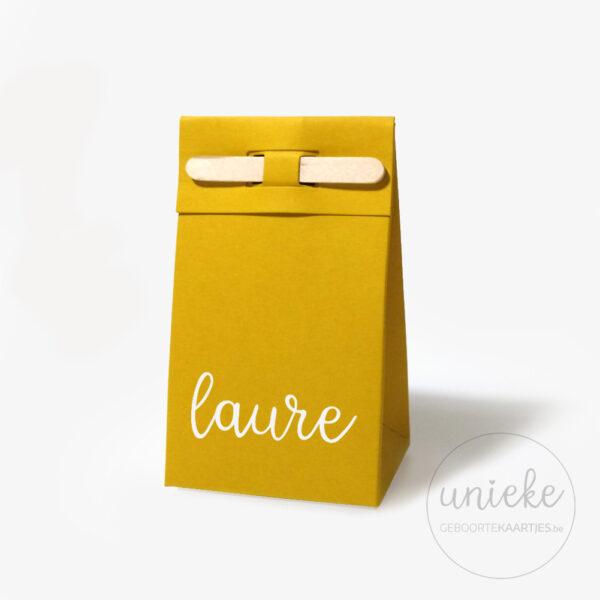 Vinylstickertje Laure op oker doosje met houten stokje