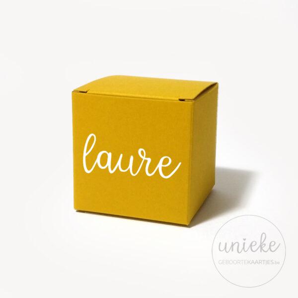 Vinylstickertje Laure op oker kubusdoosje