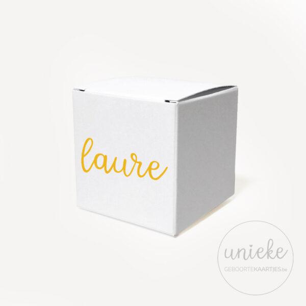 Vinylstickertje Laure op wit kubusdoosje