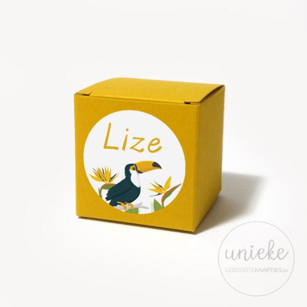 Oker doosje met stickertje van Lize