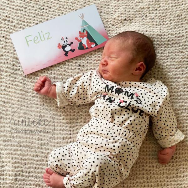 Feliz met haar geboortekaartje